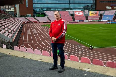 Jarmo Hakanen kuvattiin hänelle niin tutulla stadionilla Ratinassa. Päällä tietysti Pyrinnön punaista ja valkoista.