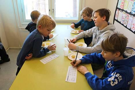 Heinäjoen koulun makuraadissa istui kaikki koulun 32 oppilasta.