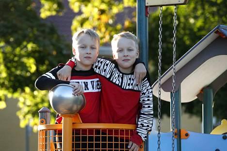 Tokaluokkalaiset Jesse (vas.) ja Jami Hietikko ovat tiivis kaksikko, vaikka he ovatkin koulussa eri luokilla. Pojilla on myös omat kaverinsa ja kiinnostuksen kohteensa, samoin kuin vahvuutensa ja heikkoutensa.