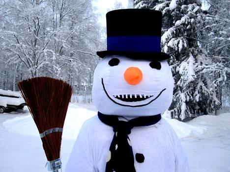Hakamäessä rakennetaan lumiukkoja.