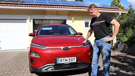 –Tuijottelin pari vuotta autotallin kattoa ennen kuin paneelit asennettiin. Paikka on aika optimaalinen, vaikka pari kuusta varjostaa lännestä, sähköautoaan aurinkovoimalla Kangasalla lataava Vesa Suokko sanoo.