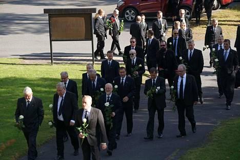 Jukka Virtasen hautajaisiin saapui sankoin joukoin vieraita Jämsänkoskella.