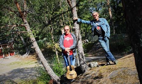 """Huuhkajavuori Bluesin taiteellinen johtaja Jouko Jokinen (vas.) ja tekniikasta vastaava Timo Heino odottavat tapahtuman myyvän tänäkin vuonna loppuun. """"Emme me silti ranteitamme auki vedä, vaikkei niin kävisi"""", Jokinen lisää."""