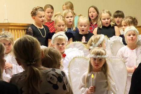 Pieni enkelikuoro lauloi kauniisti ja herkisti kuulijat Rauhanyhdistyksen joulujuhlassa.