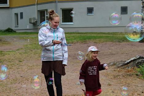 Kuplien keskellä. Henna Saarinen (vas.) kummityttönsä Siiri Marjamäen kanssa pitämässä hauskaa Urhatussa.