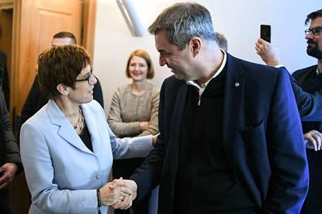 Baijerin CSU:ta johtava Markus Söder (oik.) kätteli liittokanslerikisasta luopuvaa ennakkosuosikkia Annegret Kramp-Karrenbaueria viime kuun puoluekokouksessa.