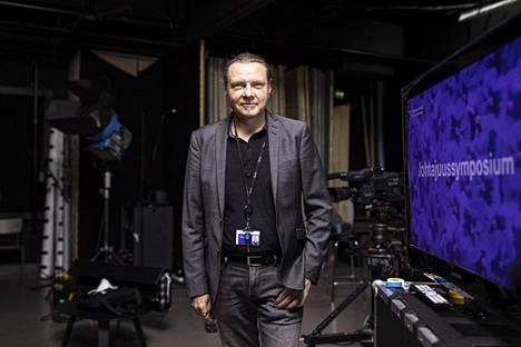 Tampereeen ammattikorkeakoulun liiketalouden ja median osaamispäällikkö Timo Kivikangas on XR-teknologian huippuasiantuntija. Hänen luotsaamansa opiskelijat ovat tehneet  eri yritysten kanssa useita yhteistyöprojekteja, joissa hyödynnetään virtuaalitodellisuusteknologioita. Johtajuusssymposiumissa hän vetää keskustelun, jossa XR-teknologian sovelluksista teollisuudessa kertovat muiden muassa Valmet Automationin ja Koneen edustajat.