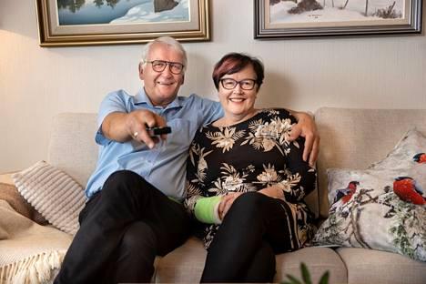 Uusitalot ovat aktiiviisia eläkeläisiä, mutta välillä he ehtivät istahtaa televisionkin ääreen.