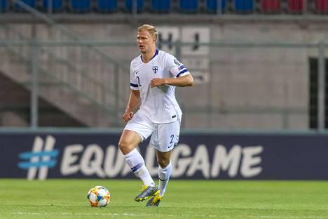 Paulus Arajuuri johtaa Suomen puolustuslinjaa Liechtensteinia vastaan.