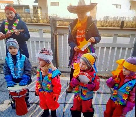 Kyyninkadun päiväkodin lapset esiintyivät päiväkodin pihalla läheisen talon asukkaille. Kuva: Elina Luontila