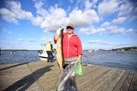 Outi Kiviaho kiertää avomiehensä Sami Isoherrasen kanssa kaikki Häme Cupin kisat. Järvellä oleminen on kalastuksessa parasta. Se rentouttaa, tuli kalaa tai ei.