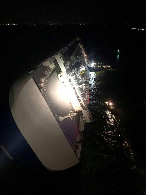 Parhaillaan pelastajat miettivät, miten laivan sisälle jääneet miehet saataisiin ulos turvallisesti.