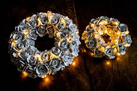 Tässä jutussa kerromme ohjeet upean kranssin askarteluun. Kun kranssisi on täynnä kukkasia, viimeistele se pienillä koristevaloilla.