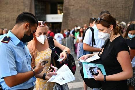 Poliisi tarkastaa Roomassa turisteilta koronapasseja. Työpaikkojen edellyttämän koronapassin, niin sanotun vihreän kortin pelätään aiheuttavan kaaosta.