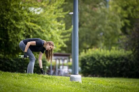 Tekstaripalstalla kehotetaan ihmisiä ploggaamaan. Plogging yhdistää  lenkkeilyn ja roskien keräämisen. Mallia näyttää Aino Saarenmaa.