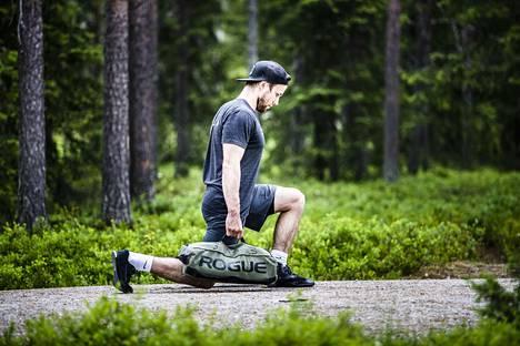 Myös luonto voi olla kuntosalina, kun Ville Liikala näyttää. Kuva: arkisto.