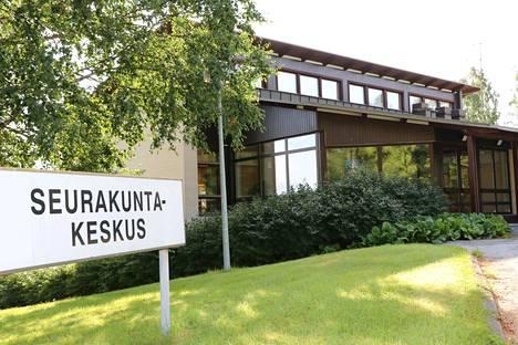 Nakkilan seurakunnan seurakuntakeskus tyhjenee kuunvaihteeseen mennessä. Eteen tulee kiinteistöstä luopuminen, eli käytännössä sen myyminen. Tällä hetkellä seurakunta myy Merimaan leirikeskusta Merikarvialla.