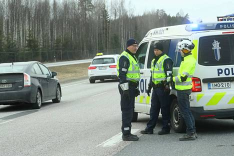 Illansuussa Uudenmaan rajojen sulkemista valmistelivat useat nosturiautot ja sulkemista valvoivat poliisipartiot.