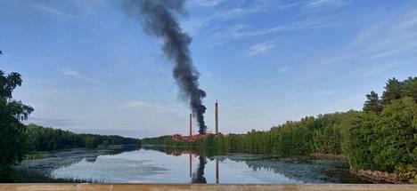 Paikallinen asukas otti kuvan Säterin tehtaalta nousevasta savupatsaasta.