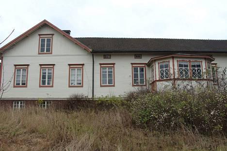 Vähä-Tiisalan päärakennus on vuodelta 1835. Sitä on laajennettu 1922.