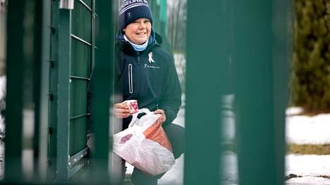 Kristiina Uusitalo-Lindholm kannustaa yhdistämään ulkoilun ja roskien keräämisen.