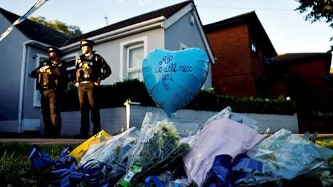 Mediatietojen mukaan konservatiivikansanedustaja David Amess puukotettiin Leigh-on-Seassa perjantaina, kun hän oli tapaamassa ihmisiä omassa vaalipiirissään. Paikalle on tuotu runsaasti kukkia.