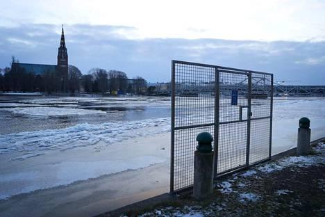 Kuva tammikuulta 2018, jolloin Kokemäenjoen vesi oli tulvarajan tuntumassa useita päiviä.