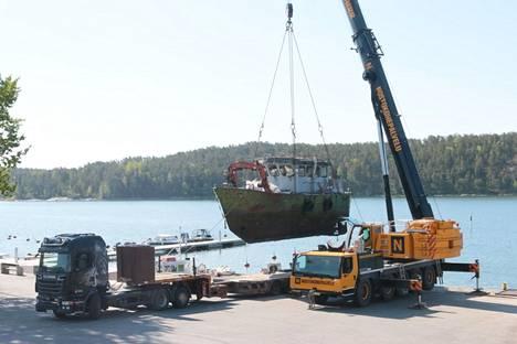 Mega-alus nostettiin erikoiskuljetusrekan lavetille.