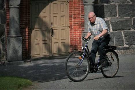 Veikko Ruusuvuori on tuttu näky polkupyöränsä kanssa niin Kauvatsalla kuin Kokemäen Tulkkilassa. Hän on aina halunnut asua lähellä seurakuntalaisiaan.