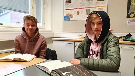 Nokianvirran koulun 9.-luokkalaiset Mio Immonen ja Milo Rantanen lukevat mielellään historiakirjoja. Kumpikin lukee niitä vapaa-ajallaan ja myös lukutunnilla, jossa saa lukea itse valitsemaansa kirjaa.