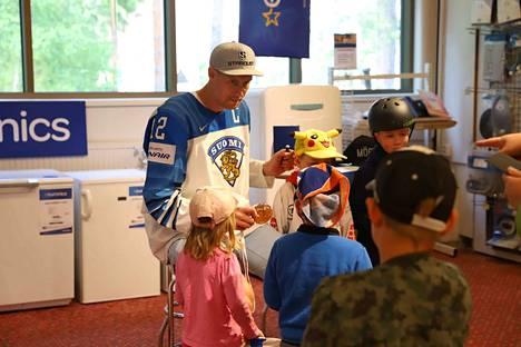 Anttilalla oli aikaa tavata kaikkia. Fanit odottivat innoissaan idolinsa tapaamista.