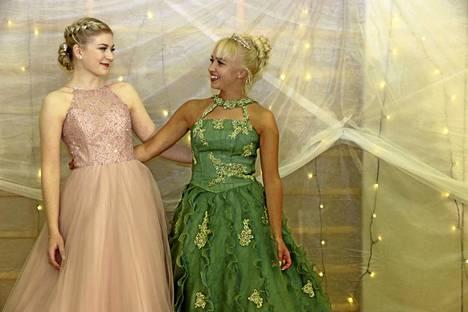 Liisa Jaskari ja Ann-Sophie Hotanen tulivat kuvattaviksi ennen tanssiaisten alkua.