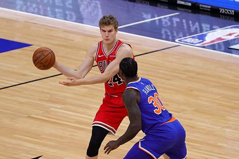 Chicago Bulls hävisi New York Knicksille kotonaan. Kuvassa Lauri Markkanen ja Knicksin Julius Randle.