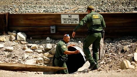 Yhdysvaltain rajavalvojat etsivät luvattomasti rajaa ylittäviä siirtolaisia Sunland Parkissa Meksikon-vastaisella rajalla.
