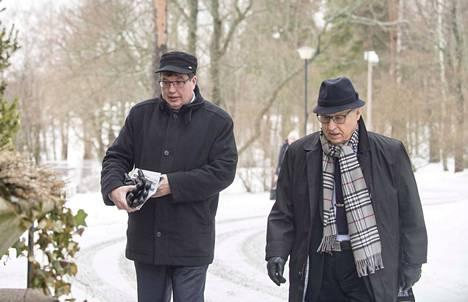 Pertti Salolainen (oik.) ei sulkisi perussuomalaisia automaattisesti hallituksen ulkopuolelle. Vasemmalla Arto Satonen.