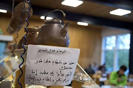 70 prosenttia suomalaisista ei pelkää maahanmuuttajien vievän työpaikkoja. Kahvipannussa oli arabiankieliset ohjeet Torpan kurssikeskuksen hätämajoitusyksikössä viime vuoden syyskuussa.