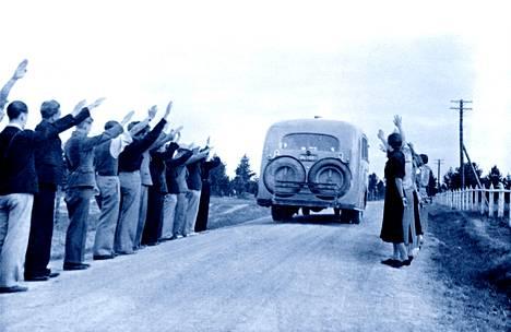 Sinimustat-nuorisojärjestön kannatus oli  vankka 1930-luvulla.  Kuva järjestön kesäleiriltä on Suomalaiset fasistit -kirjasta.