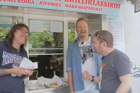 """Sami Hedberg (keskellä) kiertää Tampereen grillejä Costello Hautamäen ja Jean-Eric """"Zaani"""" Chaumenton kanssa."""
