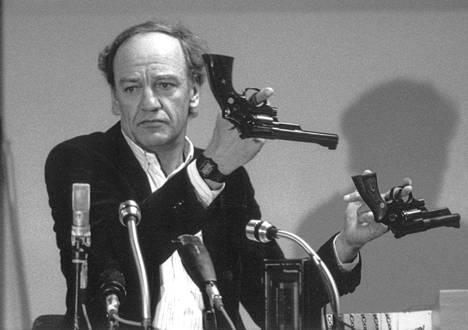 Tutkijaryhmän entinen johtaja Hans Holmer esitteli Smith & Wesson 357 Magnum -aseita murhaa käsitelleessä tiedotustilaisuudessa vuonna 1986.