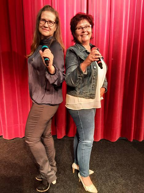 Teresa Kaaresmaa ja Sari Hellman täydentävät toisiaan kun elämän murheita ratkotaan karaokebaarissa