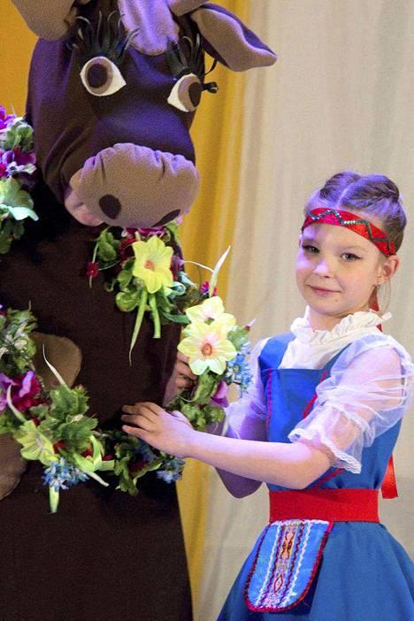 Varvara Jakoleva, 8, on Sortavalan tanssikoulun kasvatti. Hän aikoo isona balettitanssijaksi, mutta hallitsee myös kansantanssit.