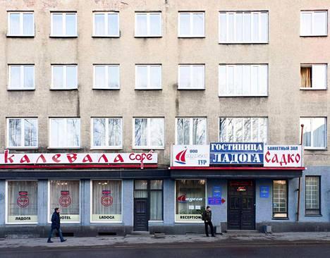 Toimittaja Kuusela harppoo kohti kohtalokasta ovea. Laatokka-hotellin yhteydessä sijaitseva Kalevala-Cafe on tätä nykyä Sortavalan vilkkain tyttöbaari. Viikonloppuisin siellä tarjoaa palveluksiaan puolensataa ammattilaista. Syntinen yö maksaa 70 euroa.