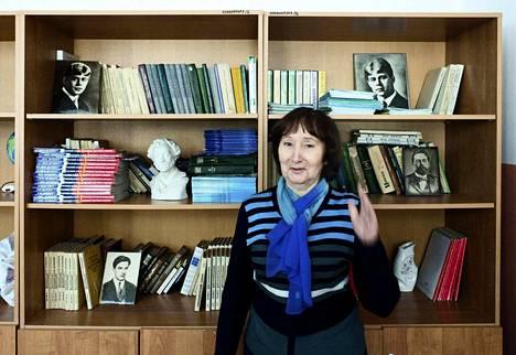 Hiitolan koulun äidinkielenopettaja Ljubov Lykova rakastaa paitsi Martti Talvelaa myös runoilija Sergei Jeseniniä. Lykovan kirjahyllyssä ovat myös Vladimir Majakovskin ja Anton Tšehovin kuvat.