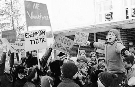 Pirkkalan monisteen kansikuvassa kehotettiin mielenosoituksiin.