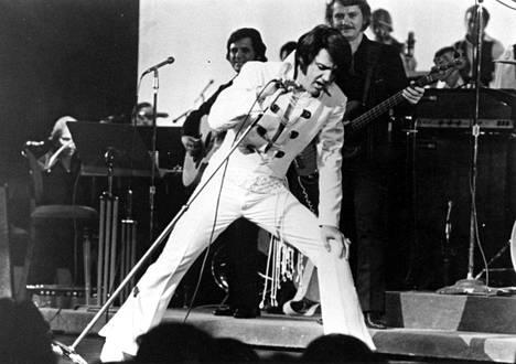 Elvis Presley uransa huipulla Las Vegasissa. Hän menehtyi vuonna 1977.