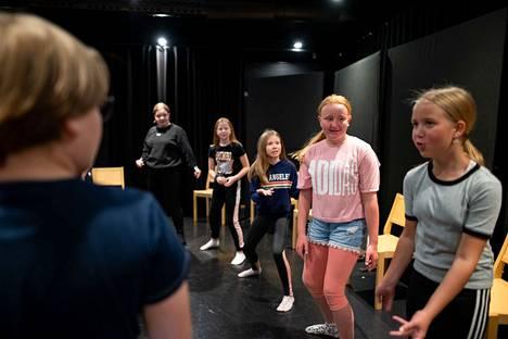 Teatteritaiteessa pääosassa on ihmisenä kehittyminen ja uuteen rooliin tarttuminen.