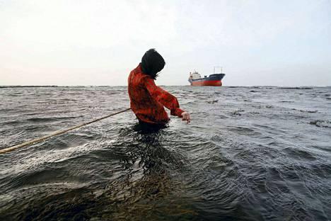 Susanna Majurin valokuvateoksissa ollaan toisinaan myös veden pinnalla. Salme on teos vuodelta 2007.