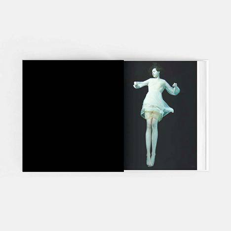 Kuvassa on aukeama Susanna Majurin ensi syksynä ilmestyvästä valokuvakirjasta Sense of Water. Runollinen teksti muistuttaa, miten tärkeätä on pysyä läheisten rinnalla myös silloin, kun heillä on vaikeaa.