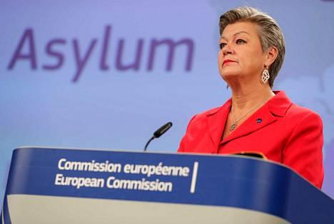 EU:n sisäasioista vastaava komissaari Ylva Johansson perusteli uuden mallin pakollisuutta nykymallin vapaaehtoisuuden toimimattomuudella.