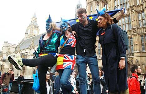Mielenosoitukset EU-eropäätöstä vastaan ja uusintakansanäänestyksen puolesta jatkuivat Lontoossa tiistainakin.